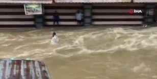 13 kişinin öldüğü felakette sel sularında böyle sürüklendi