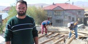 Evine yılanların yuva yaptığını iddia eden vatandaş yardım bekliyor