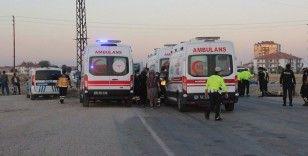 Karaman'da tarım işçilerini taşıyan minibüs ile otomobil çarpıştı: 13 yaralı