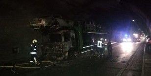 Tünel içindeki otomobil yüklü tır alev alev yandı