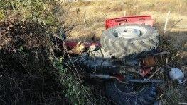 Minibüs, traktöre çarptı