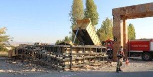 Damperi açık kalan kamyon, mermer bloklardan oluşan tabelaya çarptı: 1 ölü