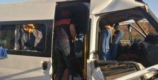 Tarım işçilerini taşıyan minibüs kaza yaptı: 11 yaralı