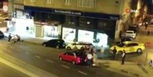 Otomobilde alkol kullanan gençlerle mahalleli arasında kavga: 1 yaralı