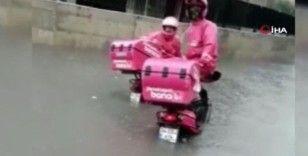 Yoğun yağış sonrası motosikletli kuryelerin zor anları böyle görüntülendi