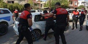 Polis camı kırıp hayat kurtardı