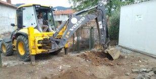 Evlerinde yıkılma tehlikesi olan ailelere konteyner yardımı