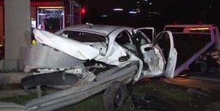 Otomobil bariyerlere ok gibi saplandı: 2 ağır yaralı