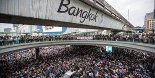 Tayland'da protestocular olağanüstü halin kaldırılması için mahkemeye başvurdu