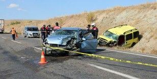 Hatalı sollama yapan otomobil taksi ile çarpıştı: 1 ölü 2 yaralı