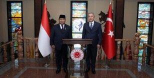 Bakan Akar, Endonezya Savunma Bakanı Subianto ile bir araya geldi