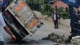 Bursa'da yan yatan kamyonet vatandaşlara zor anlar yaşattı