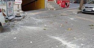 Çatıdan düşen molozlardan son anda kurtuldu