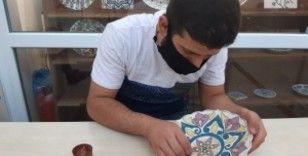 Kursiyerler seramiklerine El-Cezeri'nin 'Filli Su Saati'ni işliyor