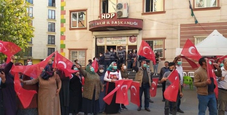 Evlat nöbeti tutan aileler 29 Ekim Cumhuriyet Bayramı'nı kutladı