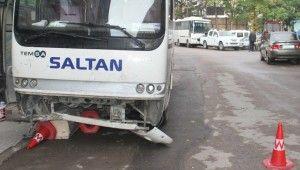 Servis midibüsü araçlara çarptı