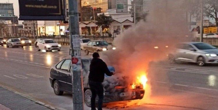 Bursa'da trafikte bir araç alev alev yandı