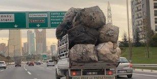 Çuval yüklü kamyonet TEM'de tehlike saçtı