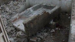 Yıkılan duvarın altında kalan işçi ağır yaralandı