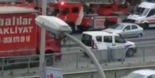 Polisin intihar etmek için balkona çıkan kadını kurtardığı anlar kamerada
