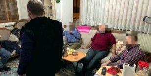 """FETÖ'nün Erzincan akademisyenler imamı gaybubet evinde """"maklube"""" sofrasında yakalandı"""