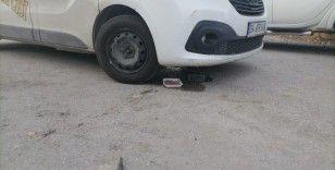 Ayağı araç motoruna sıkışan kedi kurtarıldı
