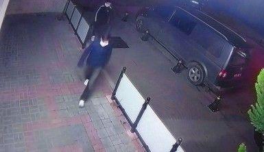 Dükkanına giren hırsızları sopayla kovaladı