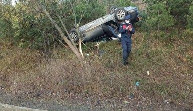 Düzce'de yoldan çıkan otomobil takla attı