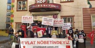 Evlat nöbetindeki aileler pankartlar ve bayraklarla HDP'yi protesto ettiler