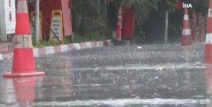 İstanbul'da sağanak yağış vatandaşlara zor anlar yaşattı