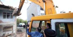 Kocaeli'de depremden kalan bin 502 adet hasarlı binanın yıkımına başlandı
