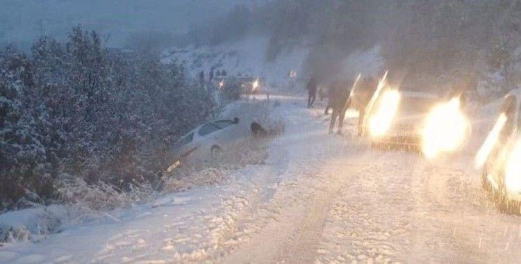 Bingöl'de kar nedeniyle araçlar yol kaldı