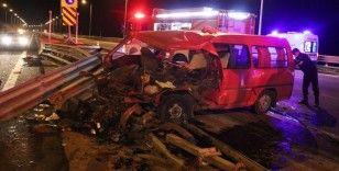 TEM'de bariyerlere çarpan minibüs hurdaya döndü: 7 yaralı