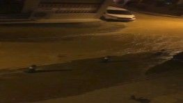 Su borusu patladı, yol çöktü