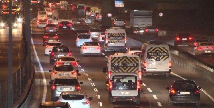 Kısıtlamanın ardından iş başı yapan vatandaşlar yollara akın etti