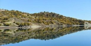 Uzunçayır Baraj Gölü'nde dağ ve ormanların sudaki yansıması görsel şölen oluşturdu