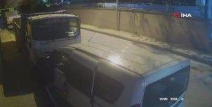 Park halindeki araçtan hırsızlık yapan motosikletli şahıslar bekçiler tarafından yakalandı