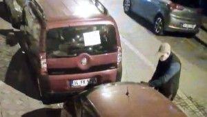 İstanbul'da otomobilin camlarını kırıp ses sistemini çalan hırsızlar kamerada