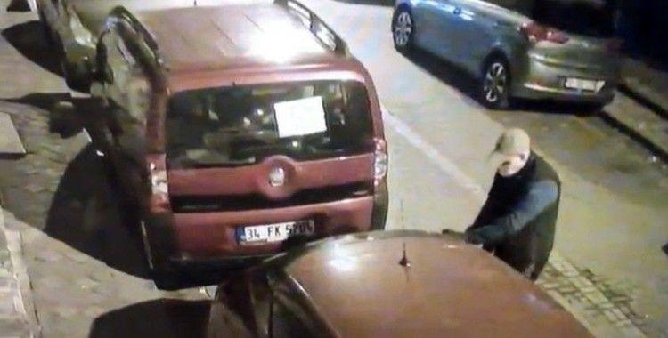 Otomobilin camlarını kırıp ses sistemini çalan hırsızlar kamerada