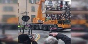 300 kiloluk adam vinç yardımı ile evden çıkarıldı