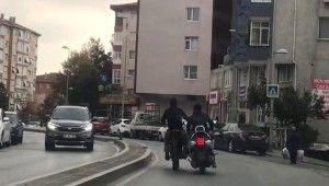 Motosiklet arıza yapınca başka motosikletli ayağı ile itti