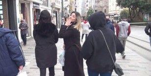 Maskesini indirip kameralara öpücük attı