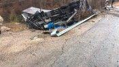 Katı yakıt taşıyan kamyon köy meydanına yuvarlandı