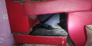 Covid-19 denetiminde üst üste konulan koltuklardan oluşan gizli bölmede yakalandılar