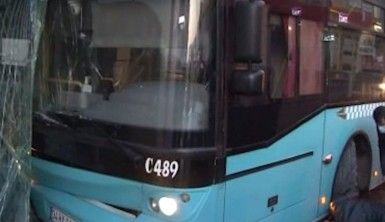 Ümraniye'de otobüs kazası güvenlik kamerasında