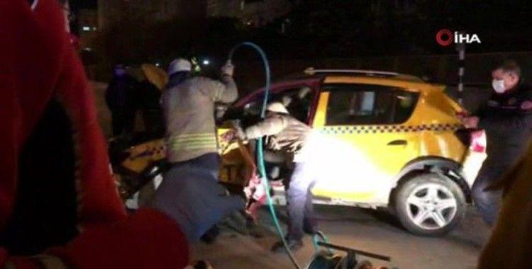 Ticari taksi ile ticari araç çarpıştı: 2 yaralı