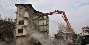 Elazığ'da 5.3'lük depremde hasar alan binanın kontrollü yıkımı başladı