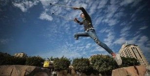 İsrail'in saldırısında bacağını kaybeden Filistinli genç 'parkur sporu'yla engellere meydan okuyor