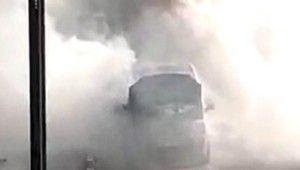 Motor kaputundan dumanlar çıkan araç hareketli anların yaşanmasına neden oldu