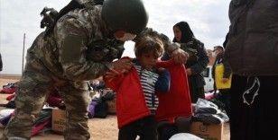 Mehmetçik Barış Pınarı bölgesindeki çocuklara gıda ve kışlık kıyafet yardımı yaptı